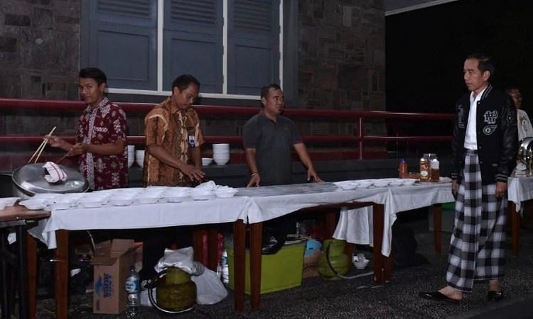 Sambut Tahun Baru, Jokowi Menikmati Menu Angkringan Bersama Paspampres