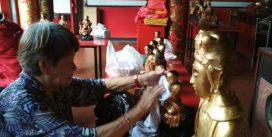 Sambut Imlek, Warga Tionghoa Mandikan Patung Dewa