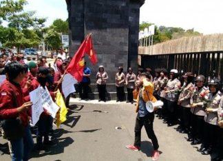 Polisi Bawa Mawar Saat Geruduk Polda Jateng, Mahasiswa: Maksudnya Apa? Pencitraan!