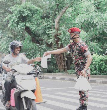Peduli Covid-19, Muhammadiyah Bali Bagikan Nasi Bungkus ke Pengguna Jalan