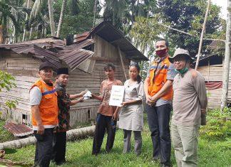 Lazismu Solok Salurkan Bantuan Pada Warga Yang Rumahnya Tertimpa Pohon