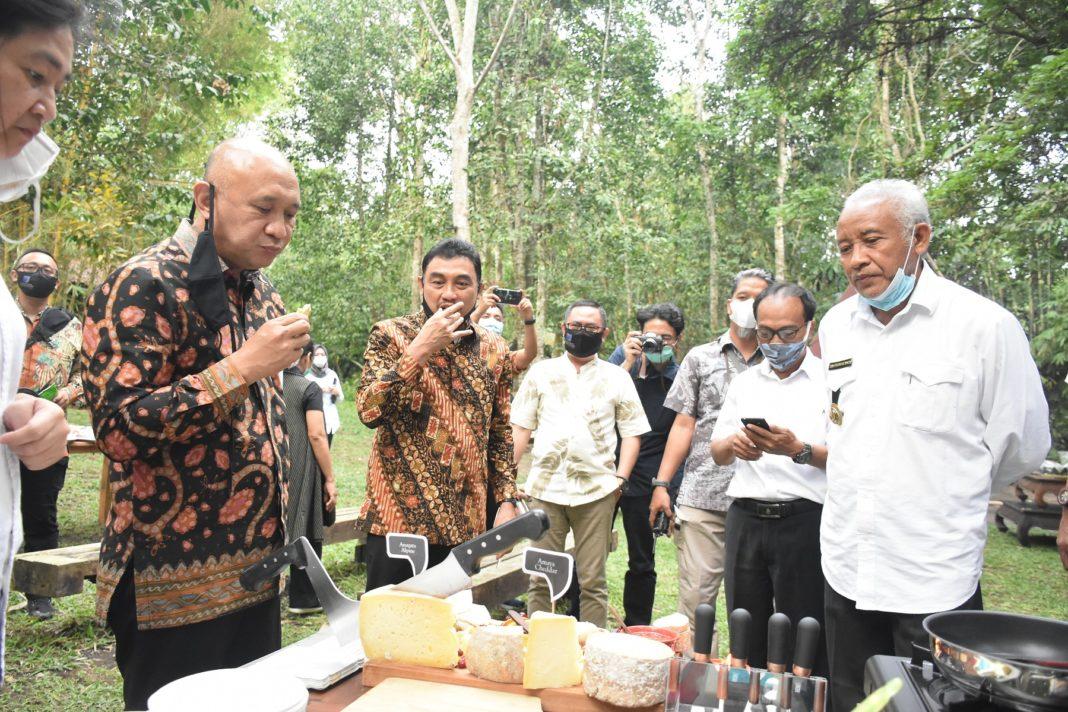 Kunjungi Sleman, Menteri Teten Masduki Puji Keju Produk Lokal