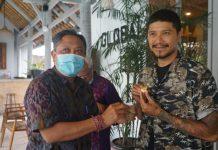 Walikota Denpasar Serahkan Pin Penghargaan Orange Ekonomi Award 2020