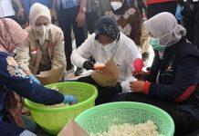 Tugas Mensos Bukan Mencari Penyebab Gunung Erupsi Dan Membungkus Nasi