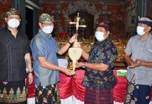 Wakil Bupati Badung Serahkan Gong Semarandana Kepada Banjar Baler Pasar Darmasaba