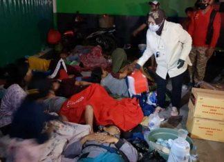 Risma Salurkan Bantuan Untuk Korban Banjir Pebayuran Bekasi