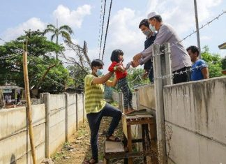 Petugas Bongkar Dinding Yang Tutup Akses ke Rumah Warga di Ciledug