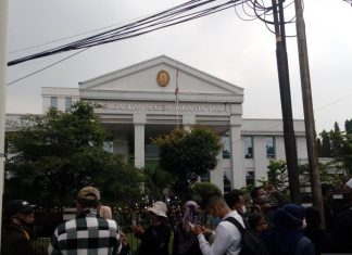 Massa Pendukung Habib Rizieq Geruduk PN Jakarta Timur