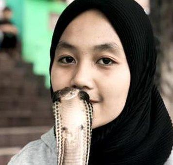 Jurus Gadis Bandung Ini Taklukkan King Cobra 4 Meter hingga Viral