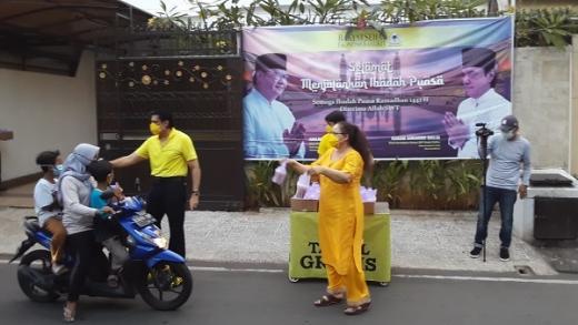 Terkadang pria kelahiran Medan, 2 Juli 1960 ini juga tidak lupa mengingatkan para pengendara dan pejalan kaki yang menerima tajil yang tidak menggunakan masker. Semua ini dilakukannya demi menjaga pandemi Covid-19 sesuai dengan protokol kesehatan yang diterapkan pemerintah.
