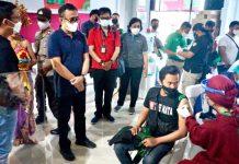 Walikota Jaya Negara Tinjau Vaksinasi Driver Gojek Denpasar