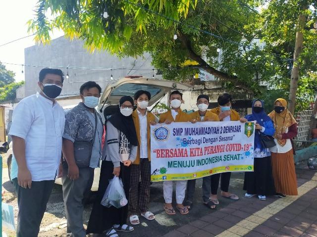 Pandemi Belum Berakhir, Ikatan Pelajar Muhammadiyah Denpasar Bagikan Ratusan Nasi Bungkus dan Sembako