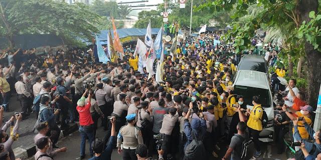 Bersitegang dengan Polisi, Mahasiswa Paksa Masuk Gedung KPK